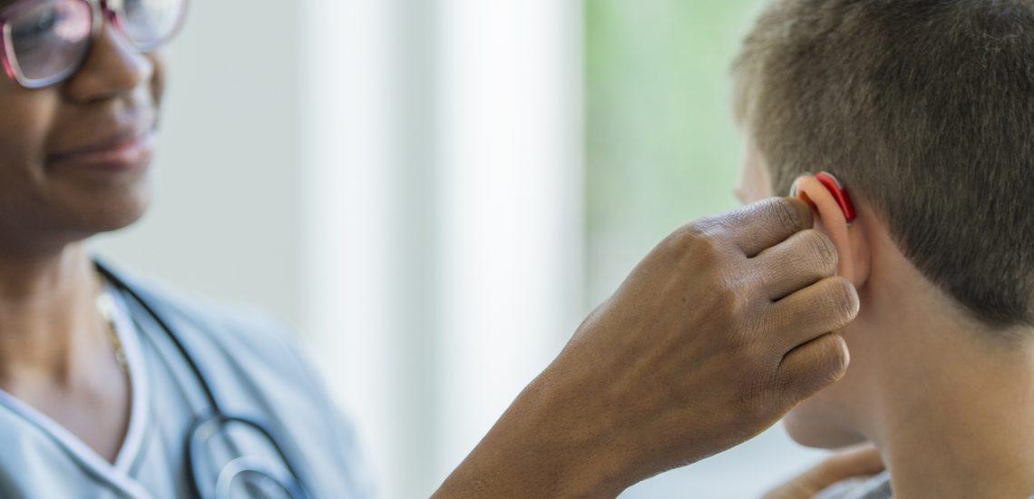 Comment prendre soin de son appareil auditif, par Audicentre